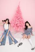 今日,双胞胎唱跳组合BY2曝光一组新专辑《爱又爱》宣传照。出道多年,两姐妹青春依旧,刚刚要过25岁生...