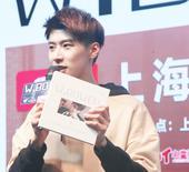 搜狐娱乐讯 王博文自全新EP《W.BOWEN》发布后,便开始了忙碌的全国巡回宣传活动,粉丝也跟随他的...