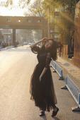 近日,女星赵慧仙曝光了一组时尚私服街拍,黑色纱裙搭配微卷长发个性与优雅并存,女人味十足。照片中赵慧仙...