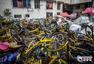 广州上千辆共享单车被丢弃在拆迁村内