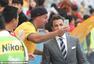 高清:皮耶罗帅气亮相亚洲杯决赛 与球迷玩自拍