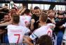 高清图:匈牙利球员球迷疯狂相拥 奥悍将爆冲突
