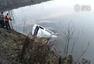 湖北载20人客车坠入湖中 18人身亡
