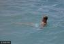 比伯卡通短裤童心未泯 赤裸上身水中漂浮降温