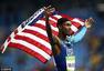 男子4x400米接力美国夺冠 身披国旗庆胜利(图)
