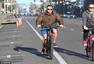 高清图:施瓦辛格街头骑车 羽绒上衣+短裤混搭