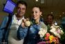 高清图:希腊射击美女冠军回国 展示金牌露笑颜