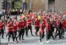 高清图:威尔士凯旋环城游行 男女老少夹道欢迎