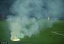 高清图:又失火!球迷玩烟火 草皮烧焦球员无奈