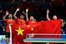 前方图:搜狐直击男乒颁奖礼 身披国旗亲吻球台