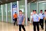 前方图:林丹归国抵京遭粉丝围堵 礼物拿到手软