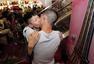 为iPhone6拼了 两男子商场当众热吻
