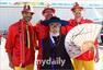 高清图:韩国比利时美女友好合影 萝莉粉丝抢镜