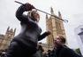 英国女子当街露胸 抗议针对色情电影新法规