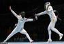 高清图:中国重剑女团进四强 赛后团队开心拥抱
