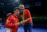 组图:直击乒球男团颁奖式 队员为刘国梁发金牌