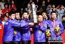 高清:刘国梁率弟子高举奖杯 女乒队员笑容甜美