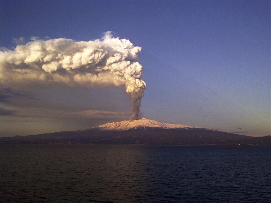 意大利埃特纳火山喷发直冲云霄