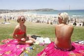 澳大利亚欲禁止袒胸日光浴:悉尼著名的海滩上一些女子正在晒日光浴