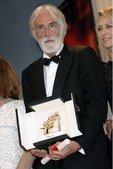 搜狐娱乐讯 戛纳电影节颁奖现场,导演迈克尔获金棕榈大奖,蜜拥评委会主席。