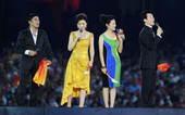 8月24日晚,北京奥运会的闭幕式开始,主持人闪亮登场。