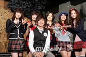 搜狐新韩线讯 26日下午,韩国女子组合Kara在首尔某咖啡厅举行了写真集发布会和公开拍摄活动。SS5...
