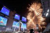 2010年11月12日,中国广州,2010亚运会开幕式盛大举行,焰火表演五彩缤纷。