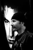 你想看U2主唱Bono向圣诞老人索要太阳镜的样子吗?或者吉他手Edge困得睁不开眼的尊荣?再或者乐队...