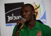 8月23日,牙买加运动员博尔特在捐赠仪式上慰问四川灾区儿童。新华社/图