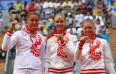 8月17日,德门蒂耶娃在颁奖仪式上。新华社/图