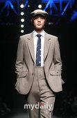 搜狐新韩线讯 北京时间26日下午,韩国某服装品牌09F/W新品发布会在首尔贸易展示场举行。韩国偶像组...
