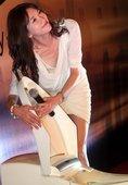 上海,昨天(7月24日),林志玲出席某品牌卫浴发布会暨签约仪式。一席宝蓝色拖地长裙现身的林志玲显得十...