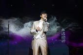 """金牌大风旗下创作型歌手,被赞誉为""""音乐诗人""""的李健昨晚(9日)在杭州大剧院上演了一场堪称原创乐坛经典..."""