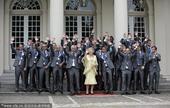 2010年7月13日,荷兰海牙,荷兰女王贝娅特里克斯接见2010世界杯亚军荷兰队并合影留念。