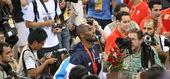 8月24日,男篮冠亚军及铜牌争夺战,科比布莱恩特夺冠后遭围堵 摄影:周涵