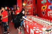 8月23日,世纪天阶奥运畅爽活动现场,台下观众为奥运喝彩为刘翔送上祝福。摄影 郝志宾