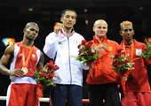8月24日,蒙古国选手乌干战胜古巴选手阿拉尔孔,获得冠军。新华社/摄