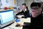 2月22日,记者采访时,在武汉市武昌区一家公司里,看到了正在加班的庞小姐和阮小姐的怪招:戴防辐射面...