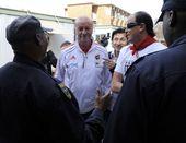 北京时间7月9日,西班牙召开新闻发布会,主教练博斯克出席时未带证件被门口的安保人员阻拦,看来饱受诟病...