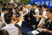 8月22日,发布会上汹涌的记者。搜狐体育 原生猪/摄