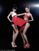 2010年7月13日,中国北京,足球宝贝雨蔷、雨薇拍摄了一组写真,演绎2010世界杯决赛西班牙对阵荷...