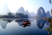 """人们都说:桂林山水甲天下。""""我们乘木船荡漾在漓江上,来观赏桂林的山水。 我看见过波澜壮阔的大海,却没..."""