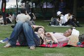 这是西湖现代音乐节的第一天,从下午到晚上,整整十个小时里,快乐不间断,在西湖天地这块巨大的草地上,年...