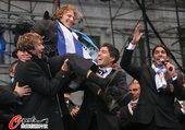 2010年7月14日,南非世界杯表现出色的乌拉圭队在首都蒙得维的亚举行了一场庆祝游行,接受人民对他们...
