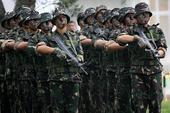 记者近日在中国人民解放军驻香港部队石岗营区训练场,观看了驻港部队侦察兵实弹突击演练。身穿迷彩服、面涂...