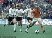 1974年7月7日,德国慕尼黑,1974世界杯决赛,荷兰1-2前西德,虽然输了比赛,但是以克鲁伊夫为...
