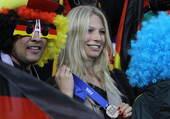 由于安保问题,本计划前来南非的西班牙太太团们最终打了退堂鼓,只有作为电视台节目主持人的卡西女友阿萨拉...