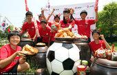 2010年5月20日,韩国,2010世界杯花絮,红魔啦啦队推销泡菜。(张柏芝弟弟夺赛艇亚军)(韩国美...
